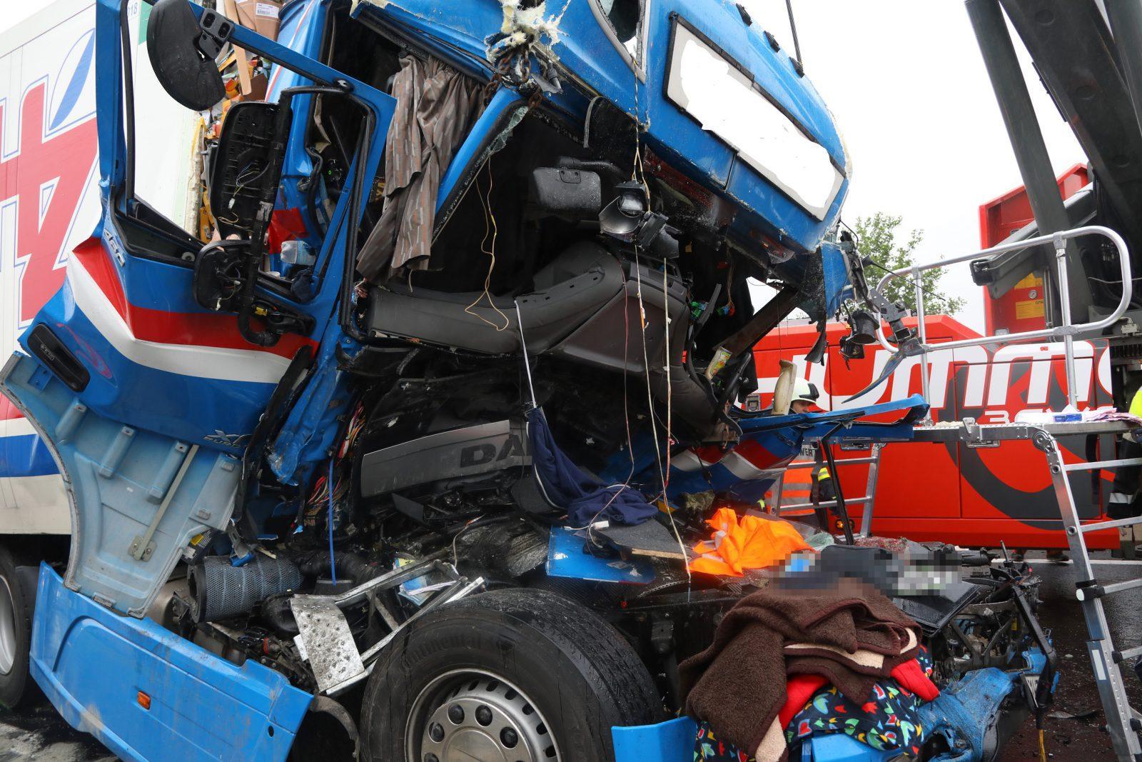 Schwerer LKW Auffahrunfall auf der A9