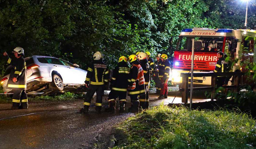 Auto gegen Brückengeländer: Unfalllenker löst Suchaktion samt Taucher in Inzersdorf im Kremstal aus