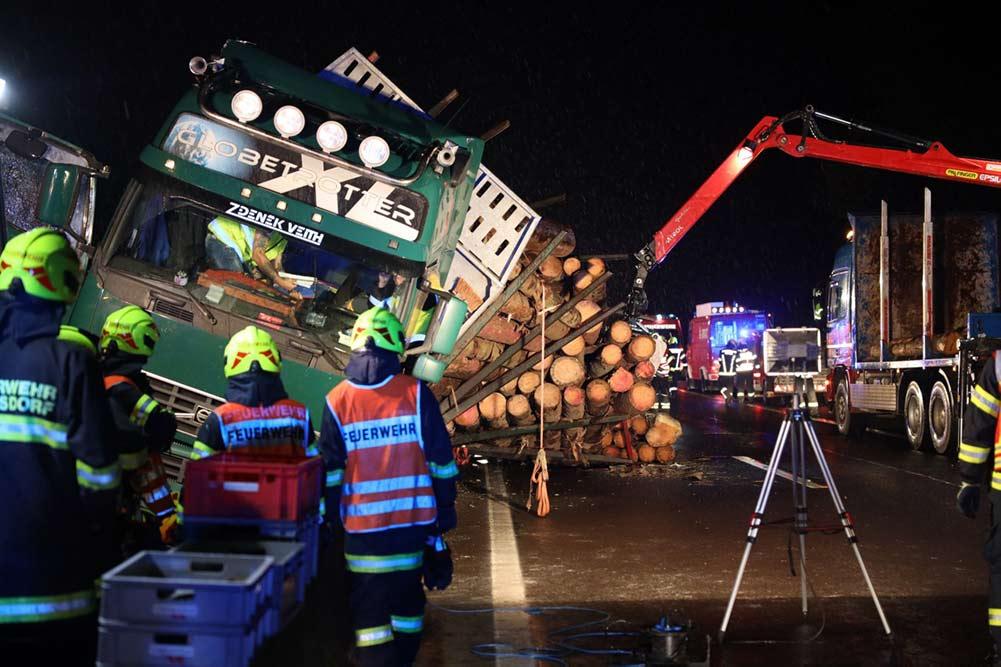 Feuerwehr Inzerdorf - Holztransporter crasht 01-09-2020 - 1