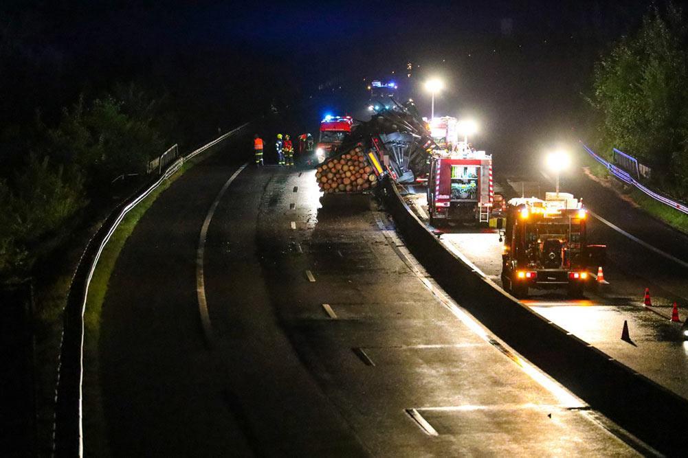 Feuerwehr Inzerdorf - Holztransporter crasht 01-09-2020 - 2