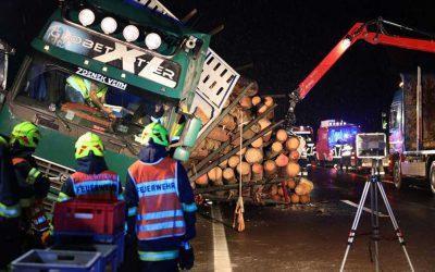 Holztransporter crasht auf Pyhrnautobahn bei Schlierbach gegen Mittelleitschiene