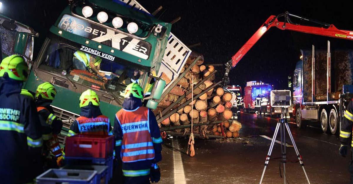 Feuerwehr Inzerdorf - Holztransporter crasht 01-09-2020 - feat