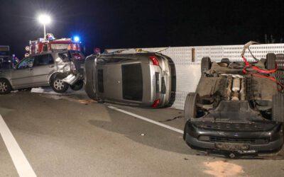 Blechsalat nach Unfall mit Autotransporter auf Pyhrnautobahn bei Wartberg an der Krems